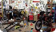 В гараже с мотоциклом
